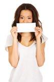 Mujer feliz joven con el papel en blanco Fotos de archivo libres de regalías