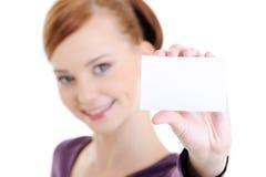 Mujer feliz joven con la tarjeta blanca en blanco Fotografía de archivo libre de regalías