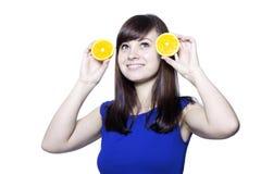Mujer feliz joven con las frutas Foto de archivo