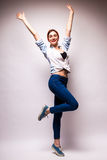 Mujer feliz joven con las manos para arriba Fotos de archivo