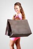 Mujer feliz joven con los bolsos de compras foto de archivo