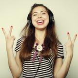 Mujer feliz joven con música que escucha de los auriculares Fotografía de archivo libre de regalías