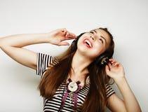Mujer feliz joven con música que escucha de los auriculares Imagen de archivo libre de regalías