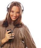 Mujer feliz joven con música que escucha de los auriculares Foto de archivo