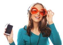 Mujer feliz joven con música que escucha de los auriculares Imagenes de archivo