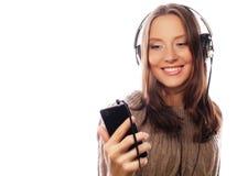 Mujer feliz joven con música que escucha de los auriculares Fotos de archivo libres de regalías