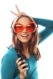 Mujer feliz joven con música que escucha de los auriculares Imagen de archivo