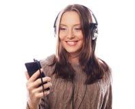 Mujer feliz joven con música que escucha de los auriculares Fotografía de archivo
