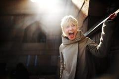 Mujer feliz joven con sonrisa que gana al aire libre Imagen de archivo