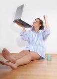 Mujer feliz joven con una computadora portátil Fotos de archivo libres de regalías