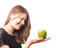 Mujer feliz joven con una manzana verde imagen de archivo libre de regalías