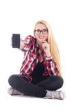 Mujer feliz joven del blondie que lo asiste y que muestra a teléfono móvil Fotos de archivo libres de regalías