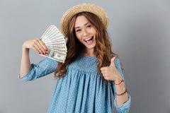 Mujer feliz joven emocionada que muestra los pulgares para arriba Fotos de archivo