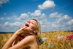 Mujer feliz joven en campo Foto de archivo