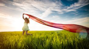Mujer feliz joven en campo de trigo con la tela Imágenes de archivo libres de regalías