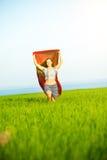 Mujer feliz joven en campo de trigo con la tela Forma de vida del verano Imagen de archivo libre de regalías