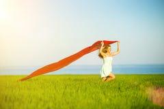 Mujer feliz joven en campo de trigo con la tela Forma de vida del verano Imagenes de archivo