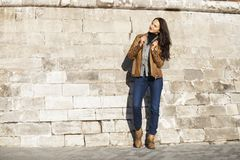Mujer feliz joven en chaqueta de cuero marrón imagen de archivo libre de regalías