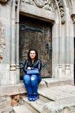 Mujer feliz joven en el castillo de Corvin, Rumania Fotos de archivo libres de regalías