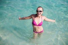 Mujer feliz joven en el mar Fotos de archivo libres de regalías