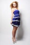 Mujer feliz joven en el salto azul del vestido Fotografía de archivo