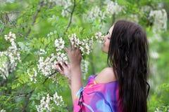 Mujer feliz joven en jardín del resorte o del verano Fotos de archivo libres de regalías