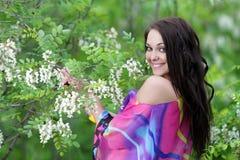 Mujer feliz joven en jardín del resorte o del verano Imagen de archivo libre de regalías