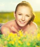 Mujer feliz joven en la naturaleza en el verano imagenes de archivo
