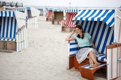 Mujer feliz joven en la playa de St. Peter Ording, Mar del Norte, Fotografía de archivo libre de regalías