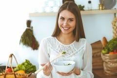 Mujer feliz joven que cocina en la cocina Comida sana, forma de vida y conceptos culinarios La buena ma?ana comienza con fresco imágenes de archivo libres de regalías