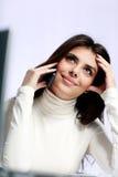Mujer feliz joven que habla en el teléfono Imagenes de archivo