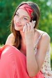 Mujer feliz joven que habla en el teléfono móvil Fotos de archivo libres de regalías