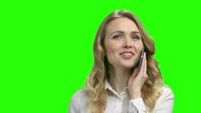 Mujer feliz joven que habla en el tel?fono m?vil metrajes