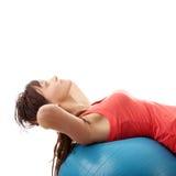 Mujer feliz joven que hace ejercicio de la aptitud Foto de archivo libre de regalías