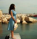 Mujer feliz joven que presenta cerca del mar Fotos de archivo