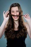 Mujer feliz joven que ríe y que juega con su pelo Foto de archivo libre de regalías