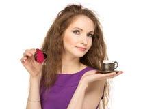 Mujer feliz joven que sostiene una taza de café aislada Imagen de archivo