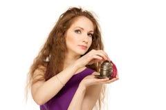 Mujer feliz joven que sostiene una taza de café aislada Fotografía de archivo