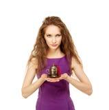 Mujer feliz joven que sostiene una taza de café aislada Imagenes de archivo