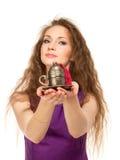 Mujer feliz joven que sostiene una taza de café aislada Fotos de archivo