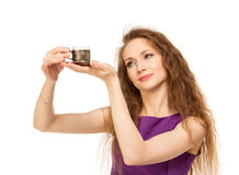 Mujer feliz joven que sostiene una taza de café aislada Imágenes de archivo libres de regalías