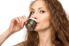 Mujer feliz joven que sostiene una taza de café aislada Imagen de archivo libre de regalías