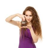 Mujer feliz joven que sostiene una taza de café aislada Fotos de archivo libres de regalías
