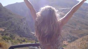 Mujer feliz libre que aumenta las manos metrajes