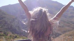 Mujer feliz libre que aumenta las manos almacen de video