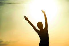 Mujer feliz libre que aumenta los brazos Fotos de archivo libres de regalías
