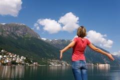 Mujer feliz libre que disfruta de la naturaleza Foto de archivo libre de regalías
