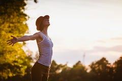 Mujer feliz libre que disfruta de la naturaleza Imagen de archivo libre de regalías
