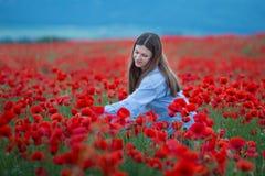 Mujer feliz libre que disfruta de la naturaleza Muchacha de la belleza al aire libre Concepto de la libertad Muchacha de la belle imagenes de archivo
