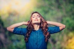 Mujer feliz libre que disfruta de la naturaleza outdoor Libertad fotos de archivo libres de regalías